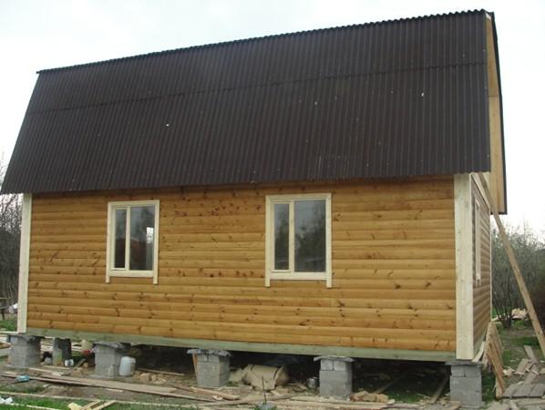 на картинке каркасный дом на столбчатом фундаменте
